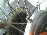自転車の後輪ブレーキのドラム(?)に付いている画像のネジの役割と調整方法を教えてください。