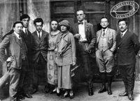 一番左にいる東洋人は誰だと思いますか。 左から2番目は作家のパステルナーク、3番目は映画監督のエイゼンシュテイン、5番目がリリヤ・ブリック、6番目が詩人のマヤコフスキーです。