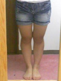 画像注意! 高校2年女です。 この脚で生足ってダメですか…? 中傷止めてください  身長:162 体重:60kg ふくらはぎ:37cm 太もも:56cm でデブです … 一応ダイエットしてるんですけど… このサイズ見ただけでも太いですね…。  そんな私がショーパン履いたりスニーカー履いたりしたら醜くすぎますか?