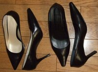 素足で左右違うパンプスを履く男 パンプスが好きで何時も履いている男性です。↓の2足のパンプスを履いているのですが、今日に限ってはどちらのパンプスを履いて出掛けようか決めることができず、思い切って左足は高さ8cmのピンヒールパンプス(画像左)、右足は高さ7cmの幅広ヒールパンプス(画像右)を履いて出掛けてみました。本当は、両足とも同じパンプスを履いて出掛けたかったのですが。左右で色が違うパンプ...