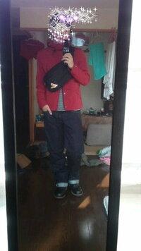 メンズ ファッション   このコーディネートどう思いますか?よければアドバイスお願いしますm(_ _)m 赤のマウンテンパーカ  ボーダーカットソー   ケルティーのボディバッグ ちょい太めのデニム  エンジニアブー...