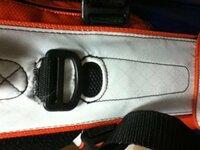 タイトリストのスタンドバッグ『CBS11』を購入したのですが、1つ用途の分からないポケットがあります。取っ手の真下、ボール用ポケットの上にあるポケットです。教えてください!