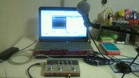 歌ってみたようにそろえた機材 UA-4FX、マイクはPG58(メス→メス)でボーカルを録音しようとするとパチパチと静電気のようなノイズが入ってしまい困っています。 ケーブルが問題なのかと思い、メス→メスのケーブルからPG58に付属していたフォーンのケーブルに変えて試してみましたが 同じようにパチパチとノイズが入ってしまいます。 それで、マイク本体の問題かとも思ったのですが、UA-4FXは...