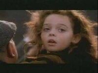 映画「タイタニック」に、栗色の髪の毛をした女の子が登場していますよね。 パーティで、ジャックと一緒にダンスを踊る女の子です。  その子は劇中で亡くなってしまったのですか?  亡くなるシーンはあったのでしょうか?