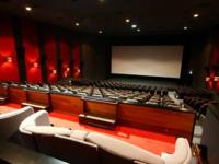 映画館のことでで質問します。  関東地域で 最大のスクリーンサイズと 最高の音響設備を持った シアターは どこでしょうか? やっぽ 新宿か有楽町 あたりの昔からの 映画館 それとも最近よくあるアメリカ ス...