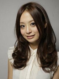 センター分けの女性は減ってますか?下のリンク先の髪型ベスト10ではどれも左右非対称の髪型ばかりです。 http://salon.yahoo.co.jp/hairstyle/ranking/female_all/  画像のような左右対称の髪型は減ってるの...