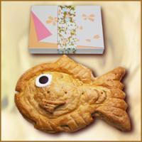 結婚式の引き菓子について ・鯛型のアップルパイ(尾はあんこ入り)※画像有り ・丸型の大きなバームクーフェン…地元のバームクーフェンが美味しいお店で購入します  新郎の親が知人の結婚式で鯛型アップルパイをもらい「珍しい上に美味しかった!」と大プッシュしています。試食したら、たしかに美味しく、私の親も納得しています。しかし、定番中の定番である大きなバームクーフェンも捨て難く思っています。個...