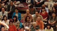 国技館の溜まり席に座ってる若い女性はどういう人たちですか? 相撲を見に行くと、溜まり席にはけっこう若めの女性が座っています。  だいだいこういう席に座る女性って、服装とか持ち物が高級感・清潔感があり...