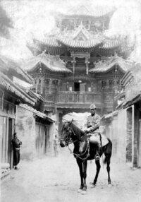 こちらの写真の場所の情報を求めています。この写真は、亡き祖父が日中戦争時代に日本兵として中国の山西省へ行っていた際に撮影されたものだそうです。この撮影された詳しい場所が分かる方はいらっしゃいますか?