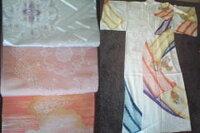 着物と帯の合わせ方についてご教授下さい。  こどもの七五三の付き添い時に着物を着用予定ですが、帯の合わせ方がわかりません。以下の3つの袋 帯がありますがどの帯が最適でしょうか?おそらくお太鼓部分になるであろう部分を撮ってみました。  銀:同色銀の糸と薄い紫色の花模様 ピンク:少しベージュが入っている生地に白糸でプツプツと一目ずつ点で模様が描かれている感じで他の2つとは違う縫い方です。 朱色:...