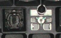 キーボードの接触部分の仕組みについて、 キーボードを分解してみました、が、 キーの下のほぼ円錐形に近いゴムを取ると、 ゴム接着部の円があり、 その円の周囲に三箇所導線に導く穴が三つあり、その各穴から...