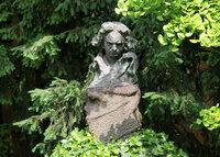 この胸像のベートーベンは何をしているように見えますか? この胸像は、ドイツのボンのベートーベンの生家の中庭にある胸像です。   これは、わたしは、耳が聞こえなくなって苦悩しているベートーベンに見える...
