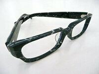 セルフレームのメガネ 鼻あて(鼻パッド)のないセルフレームの(↓イメージ)メガネをかけるとき、鼻が低い人はメガネ位置がかなり下になったりすぐずれますよね。  市販のセルシールなどをはって補整することもできますが、鼻脂や埃などですぐよごれたり、取れたり、うまくはれなかったりして、すぐやめてしまいたした。  セルシール以外で何か補整している人いますか?  メガネそのものを加工すること...